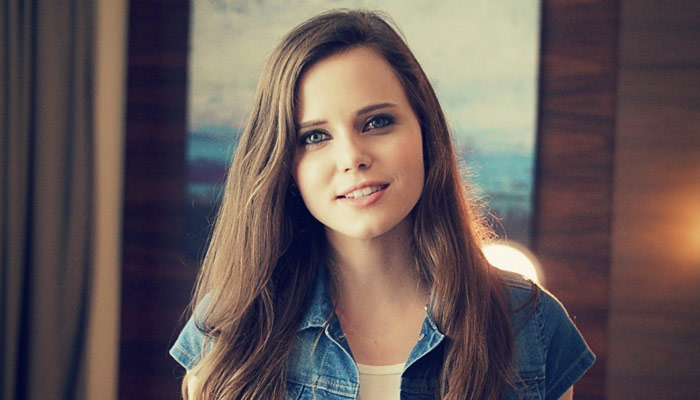 "LDS Artist, Tiffany Alvord, performs ""This is Me"" for Hugh Jackman, Zac Efron"