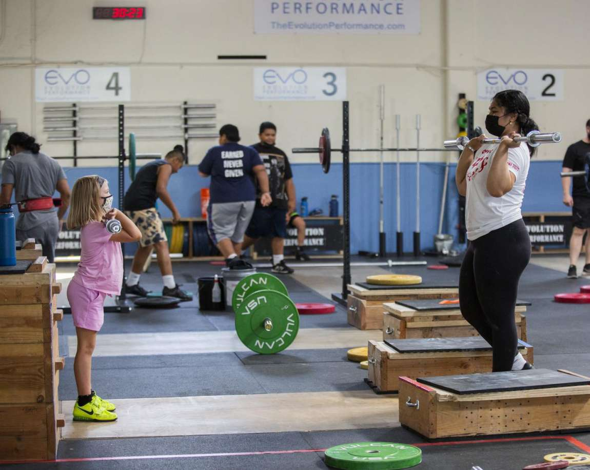 "Kuinini ""Nini"" Manumua giving weightlifting tips"